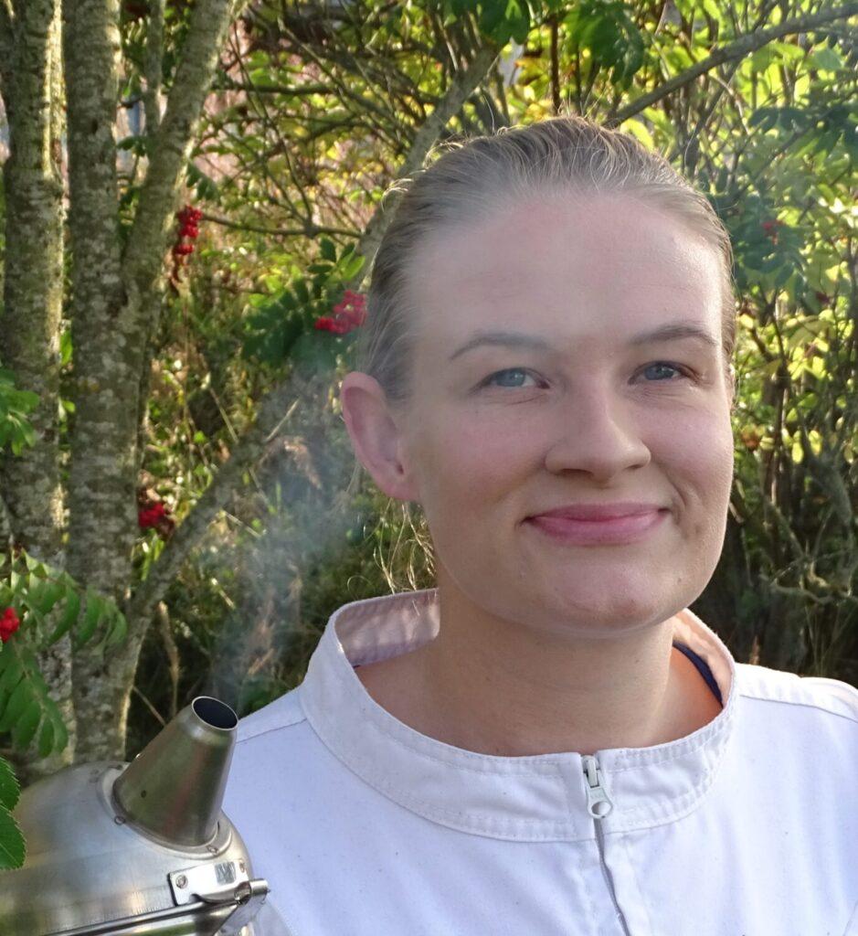Nora Mäntysaari mehiläistarhaaja