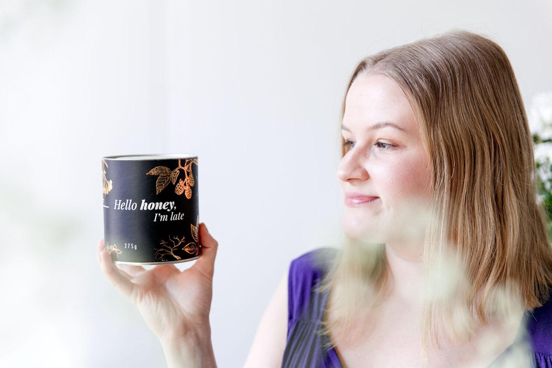 mehiläistarhaaja Nora Mäntysaari, yrittäjän ensimmäinen vuosi Nora Mäntysaari Hello honey